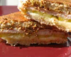 Prženi sendvič sa šunkom i sirom
