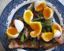 Meko kuhano jaje sa šparogama na prepečencu
