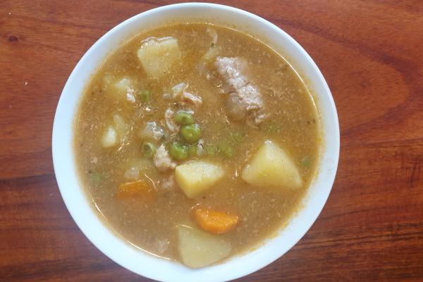 Gulaš s krumpirom i graškom u sporom kuhalu  – Slow Cooker
