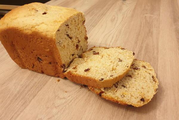 Slatki božićni kruh iz pekača za kruh (kao Panettone)