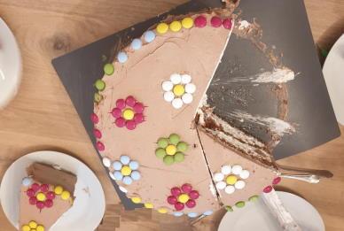 Brza torta od kupovnog biskvita i kompota od višanja